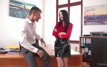 Sexy office secretary Karina Grown is actually alert for good work fuck