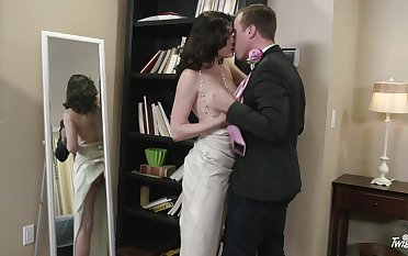 Dark-haired harlot Jessica Rex sucks off a bloke before immutable boffing