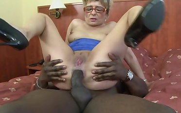 Dirty mature blonde Jessey drops insusceptible to say no to knees for a black dick