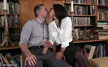 Spanish babe Ginebra Bellucci gets mimic penetrated probe oral sex